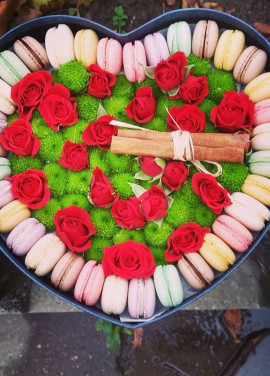 Hit of the year ! Flowers in a box with cookies MACAROON