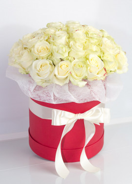 35 white roses in a hatbox