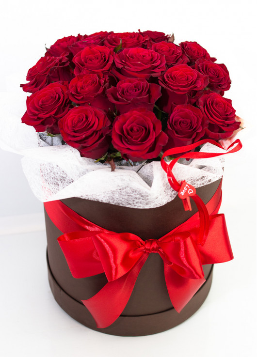 19 roses in a hatbox